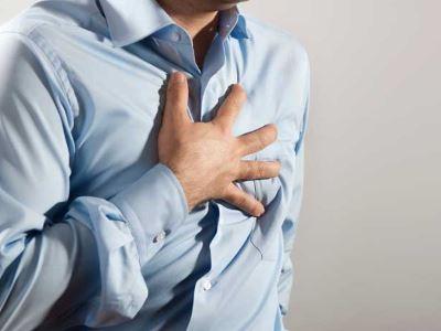 a bokaízületek duzzanatát okozza