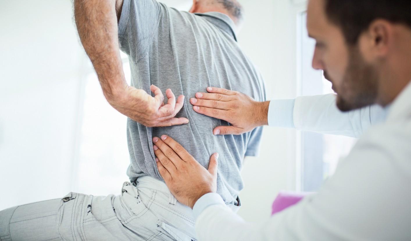 hátfájás, amely a csípőízületre terjed ki)