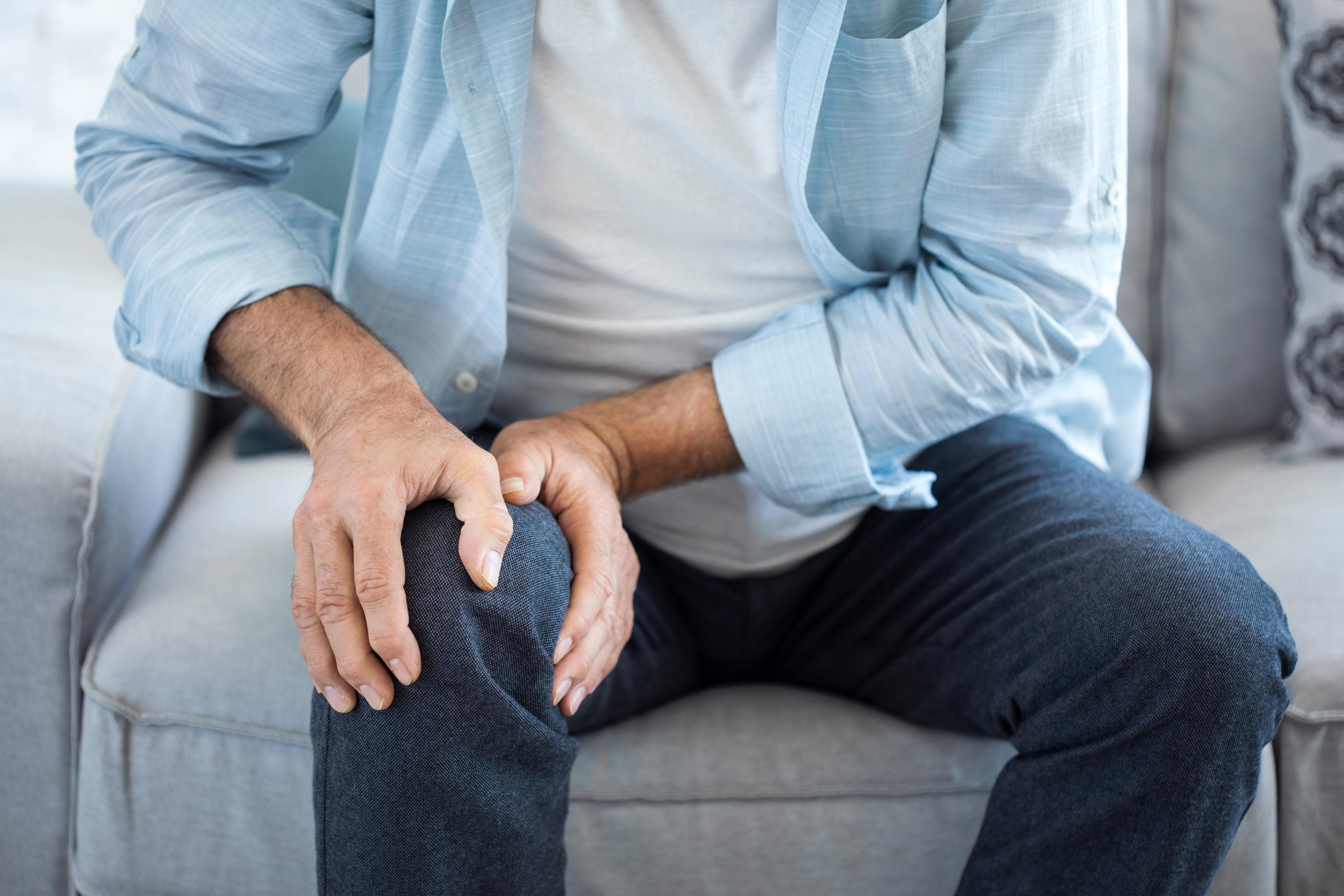 a fájdalom tünetei a lábak ízületeiben