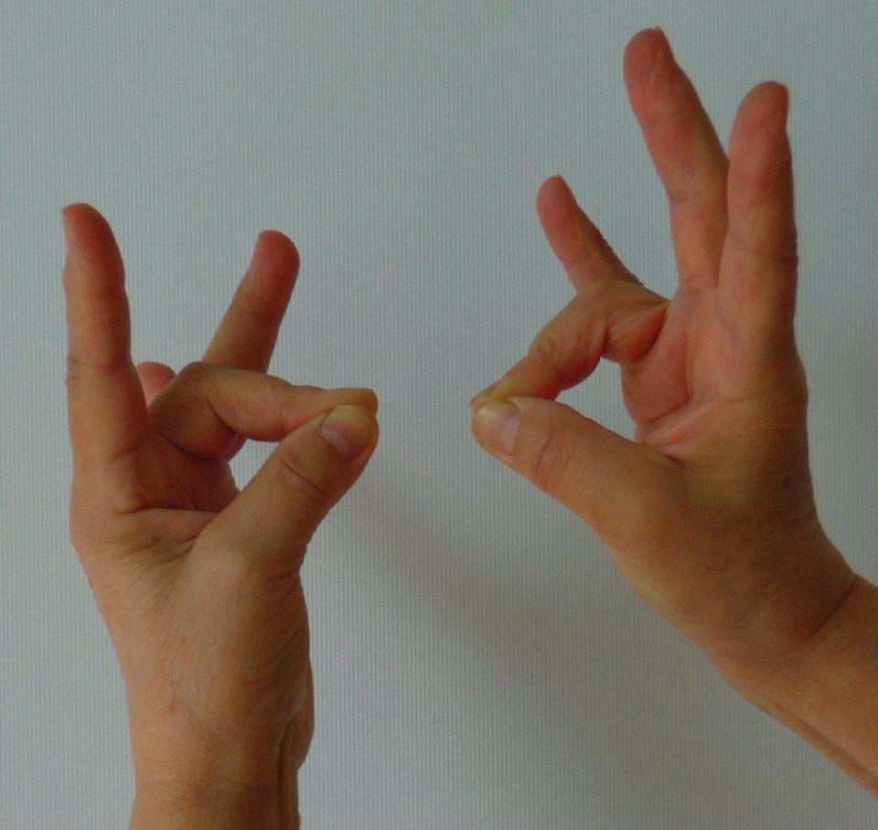 fájdalom a középső ujj ízületével)