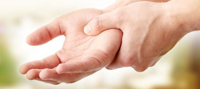 a bal kéz középső ujjának ízületei)
