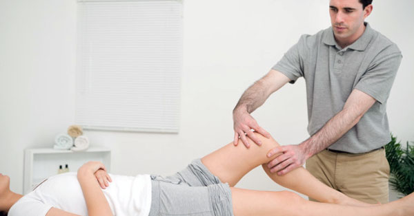 orvos kezeli a csontok és ízületek fájdalmait)