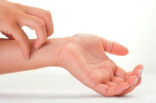 megrázza az ujjak fájó ízületeit