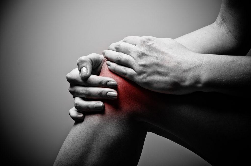 folyadék halmozódik fel a térdízületben és fájdalom