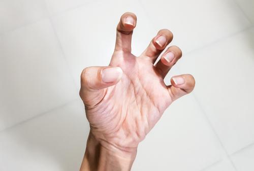 fájdalom a kéz ízületeiben mozgatás közben)
